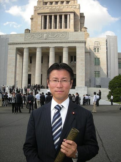 初登庁の日。国会議事堂にて(熊田氏)