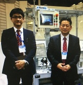 国際ロボット展にて、営業マネージャーと