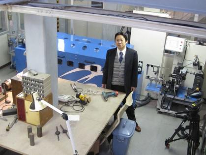 NHKのスタジオにて、ワイヤー技術指導者の奥山